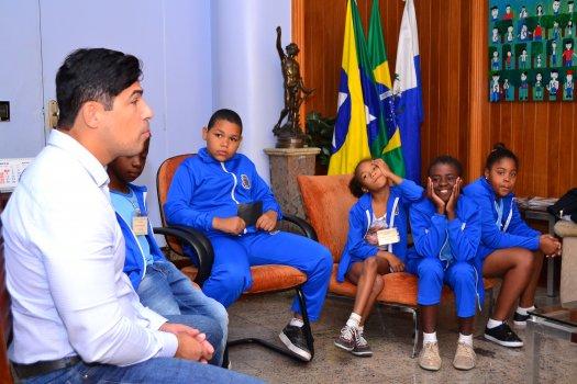 Prefeito recebe alunos do terceiro ano da Escola Professora Maria de Lourdes Costa Coimbra
