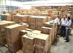 Prefeito e vereadores acompanham equipe responsável pela separação dos 8,6 mil kits com uniformes escolares
